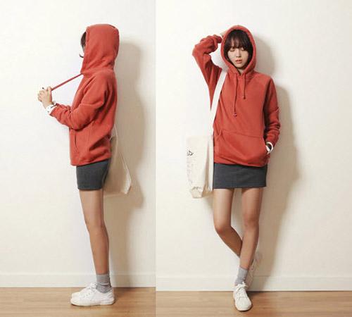 Mặc áo lớp hoodie kết họp với chân váy