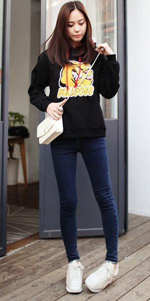 Áo lớp hoodie kết hợp với quần jean